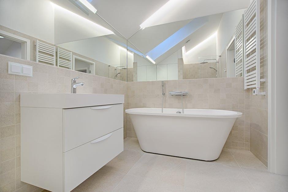niewielka łazienka z dużą ilością miejsca